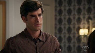 Felipe se declara para Shirlei - Shirlei diz a Felipe que Adônis não é seu namorado. O rapaz elogia a beleza da faxineira e questiona seu pedido de demissão