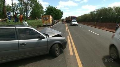 Acidente na BR-376 deixa quatro pessoas feridas - O acidente foi em Paranavaí. Segundo a Polícia Rodoviária Federal, um dos motoristas teria tentado uma ultrapassagem perigosa. O carro dele acabou batendo de frente com um veículo que vinha no sentido contrário.