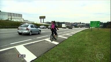 Motorista alcoolizado invade área proibida em estrada e atropela ciclista - O homem que dirigia o carro tinha saído de uma festa e estava bêbado.