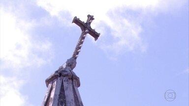 Cruz da Igreja do Bonfim, em Olinda, ameaça cair - Casa vizinha foi interditada pela Defesa Civil do município.