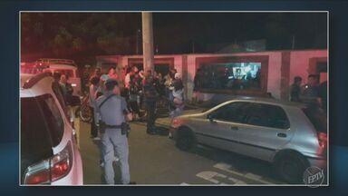 Cinquenta adolescentes foram parar na delegacia após festa rave - Os policiais foram chamados por causa do barulho e encontraram 200 pessoas na casa. Uma menina estava passando mal e foi socorrida.