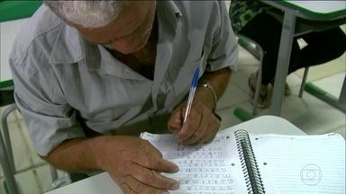 Programa do governo para alfabetizar adultos atende só 10% do previsto - O país tem 13 milhões de pessoas, acima de 15 anos, que não sabem ler nem escrever e o principal programa do governo federal foi praticamente abandonado.
