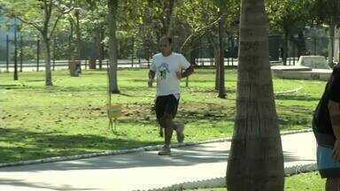 Moradores de Resende, RJ, apreveitam domingo ensolarado para fazer atividades físicas - Bom tempo motivou muita gente a sair de casa e curtir a folga ao ar livre no Parque das Águas.