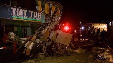Acidente com ônibus na BR-277, em Foz do Iguaçu, deixa dez feridos - O acidente envolveu um ônibus de turismo e um caminhão carregado com sacas de farinha.