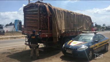 Caminhão carregado de madeira é apreendido pela PRF na BR-316 - O veículo estava parado em um posto fiscal da Receita Estadual.