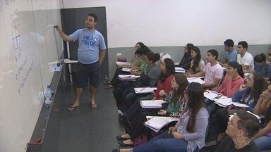 No AM, alunos aproveitam feriado estudando para vestibular - Enquanto muitos aproveitam as folgas, eles preferem se unir aos livros.