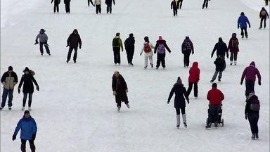 Canadenses vão trabalhar de patins, deslizando sobre rio congelado - Canal Rideau congela no inverno e vira uma avenida com quase oito quilômetros de extensão. É a maior pista de patinação no gelo do mundo.