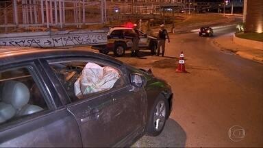Motorista foge após carro capotar na Região Noroeste de Belo Horizonte - Acidente foi no Anel Rodoviário da capital, na altura do bairro Caiçara.