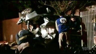 Ladrões roubam carro em Maringá e depois se envolvem em acidente - O carro ficou destruído e a casa também teve estragos.