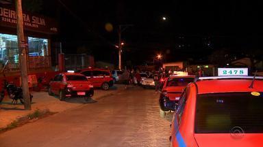 Taxistas protestam em frente à casa de Sartori após morte de colega no RS - Motorista de 39 anos morto a facadas no Morro da Cruz, em Porto Alegre.