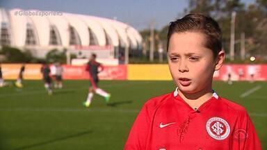 Após choro, menino visita Ernando no CT e ganha luva de Danilo Fernandes - Enrico tem apenas 9 anos.