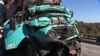 Motorista morre e outro fica ferido após colisão entre caminhões no RS - Acidente ocorreu no km 148 da BR-290, na cidade de Arroio dos Ratos.