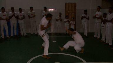 Grupo se reúne para praticar capoeira em busca de benefícios para o corpo e para a mente - Turma é formada por pessoas de todas as idades.
