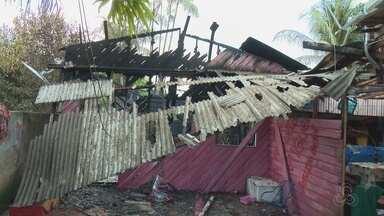 Em mais um incêndio em Macapá, uma casa foi destruída no bairro Nova Esperança - Em mais um incêndio, uma casa foi destruída no bairro Nova Esperança. Dois outros imóveis chegaram a ser atingidos pelo fogo.