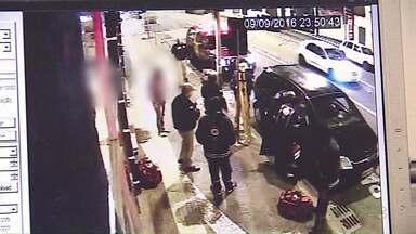 Polícia busca assaltantes que mataram motorista no Centro de Ponta Grossa - Imagens de segurança mostram o momento em que a vítima recebeu atendimento médico.