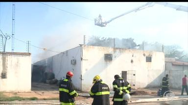 Incêndio destrói fábrica de caixões na Zona Sudeste de Teresina - Incêndio destrói fábrica de caixões na Zona Sudeste de Teresina