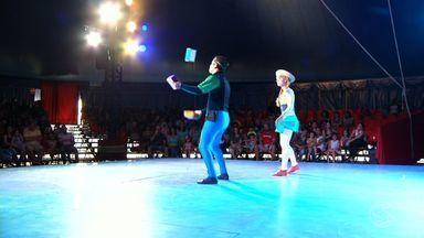 Crianças de Resende, RJ, acompanham espetáculo circense - A tarde foi especial para elas, que reagiam com muita alegria a cada número, como o show de malabaristas.