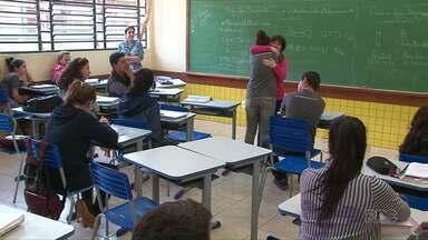 Após superar câncer, professora reencontra alunos que rasparam o cabelo para apoiá-la - A professora Egly ensina Língua Portuguesa em Turvo. No ano passado, ela e uma turma de alunos deram também lição de solidariedade.