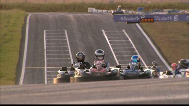 Você já pensou em ser piloto de kart? Então aproveite... - Circuito Paladino oferece serviço para quem gosta de velocidade e quer desafiar os amigos no kart