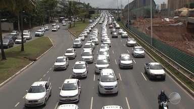 Taxistas fazem carreata contra o Uber em Salvador - O protesto começou na região do CAB e seguiu em direção ao centro da cidade; veja.