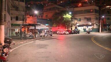 Policiamento é reforçado após protesto por morte de jovem no ES - Moradores bairro Mário Cypreste depredaram três ônibus na região.Ônibus voltaram a circular normalmente na noite desta quarta-feira (14).
