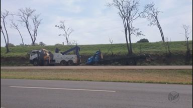 Caminhão tomba e provoca lentidão na Rodovia Washington Luís - Acidente aconteceu nas proximidades do Jardim Embaré, em São Carlos.