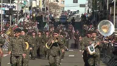 Avenida Vicente Machado lota de gente para ver o desfile de aniversário de 193 anos - Desfile teve duração de 4 horas