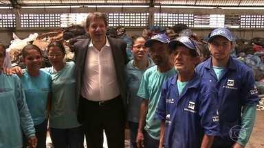 Fernando Haddad visita duas cooperativas de reciclagem - O candidato do PT, Fernando Haddad, conheceu os equipamentos e falou com catadores no local, no Jardim Jaqueline.