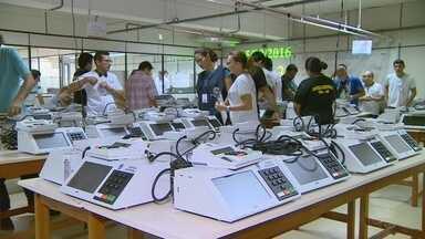 Municípios do interior do AM começam a receber urnas para eleições 2016 - Mais de 3 mil equipamentos serão enviados para o interior até segunda-feira (19).