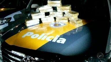 Cerca de 20 quilos de pasta base de cocaína são apreendidos em Bauru - Aproximadamente 20 quilos de pasta base de cocaína foram apreendidos pela Polícia Militar Rodoviária, durante fiscalização em um caminhão parado na Rodovia Marechal Rondon (SP-300), em Bauru (SP), na noite de quinta-feira (15).