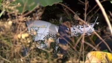 Helicóptero de uma escola de aviação civil faz pouso forçado em Contagem, na Grande BH - Um homem que fazia aulas de voo e a instrutora dele estavam a bordo e ficaram feridos.