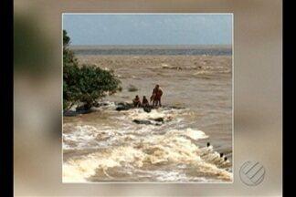 Canoa vira com três pescadores a bordo na baía do Marajó, no PA - Maré forte e ondas altas teriam provocado o acidente com a canoa.