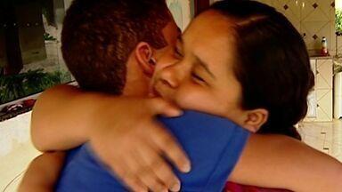 Menino de 12 anos detido nos EUA já está em casa, no ES - Rhian desembarcou no Rio de Janeiro na quarta-feira (14).Família é do interior de Barra de São Francisco, no Espírito Santo.