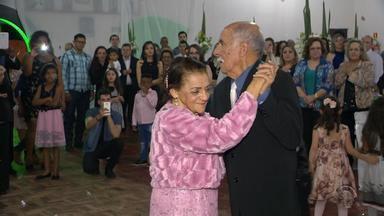 Casados há mais de meio século, casal de idosos celebra bodas de diamante no RS - Filhos organizaram um dia de noivos para o casal.