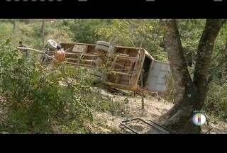 Sobe para 5 o número de mortos em acidente com ônibus escolar em Padre Paraíso - Ônibus capotou em uma estrada rural na última sexta-feira (16).