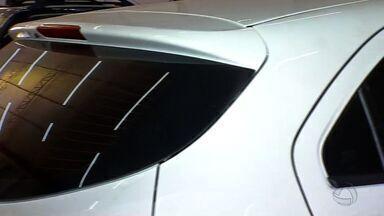 Polícia fiscaliza película no vidro dos carros - Polícia fiscaliza película no vidro dos carros.