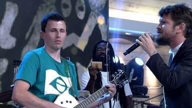 Ricardinho toca guitarra para Saulo - Jogador da seleção paralímpica de Futebol de 5 surpreende com o instrumento