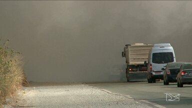 Incêndio prejudica visibilidade de motoristas no Campo de Peris, na BR-135 - Incêndio prejudica visibilidade de motoristas no Campo de Peris, na BR-135
