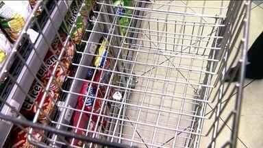 Comerciante que não higienizar carros e cestas de compras pode ser multado - Entrou em vigor a lei que obriga os mercados da capital a higienizar os carros e cestas de compras. A multa é pesada.