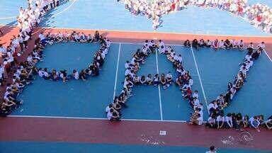 Em manifestação, alunos de escolas particulares pedem por paz no RS - Foram registradas diversas manifestações pelo estado.