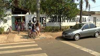 Cmei de Goiânia fecha portas por falta de funcionários - Aviso foi pregado no portão do local.