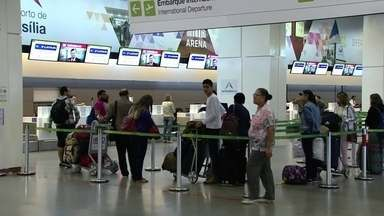 Confusão gera filas e atrasos no Aeroporto JK - A movimentação está acima do normal no Aeroporto JK. Passageiros que não conseguiram embarcar neste domingo (25) ainda lotam as filas nos terminais.