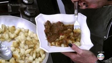 Ogroulash, o Goulash com Mandioca Dourada de Jimmy - Jimmy Ogro cozinha para os moradores de Pomerode, Santa Catarina