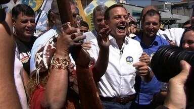 João Doria faz campanha em feira na Vila Mangalot - O candidato do PSDB, João Doria, participou de uma caminhada em uma feira livre na Vila Mangalot.