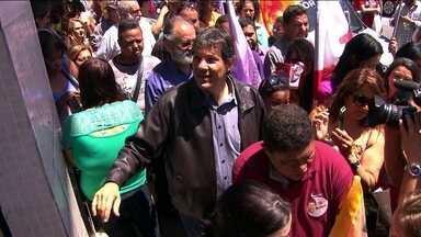 Fernando Haddad participa de caminhada em Perus - O candidato Fernando Haddad, do PT, fez uma caminhada de 1 hora por Perus, na Zona Norte da capital.