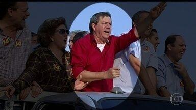 Atentado mata candidato a prefeito em Goiás e fere o vice-governador - Um atentado no meio de uma carreata matou um candidato a prefeito no interior de Goiás e feriu à bala o vice-governador e o governador em exercício no estado. O atairador e um policial também morreram.
