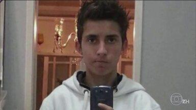 Nove acusados pela morte de adolescente vão a júri popular no Rio Grande do Sul - O crime foi em agosto do ano passado. Ronei Faleiro Júnior, que tinha 17 anos, e um casal de amigos, foram agredidos com socos e garrafas quando saíram de um clube.