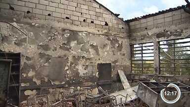 Incêndio destrói parte de escola em Paraibuna - Escola fica na zona rural da cidade.