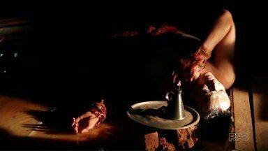 """Festival de Dança traz espetáculo """"Dezuó - breviário das águas"""" - O mote da trama é a expulsão do menino Dezuó e de sua família da Vicinal do Vinte Um, comunidade ficcional ribeirinha, motivada pela construção de uma usina hidrelétrica no rio Tapajós, oeste do Pará, na Amazônia brasileira."""