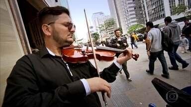 Professor desempregado sustenta a família tocando violino em esquinas - Também em São Paulo, três jovens sobrevivem fazendo e entregando marmitas a vendedores das lojas elegantes da rua Oscar Freire.